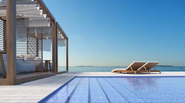 Une plage de piscine en béton