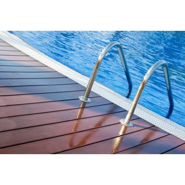 Une plage de piscine en composite : une plage aspect bois sans les ...