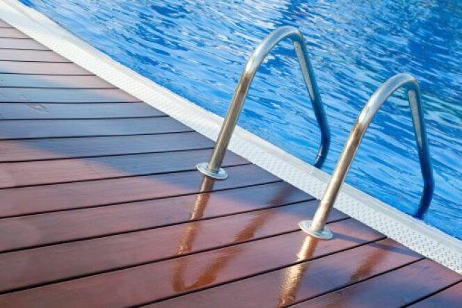 Une plage de piscine en composite une plage aspect bois for Piscine bois composite