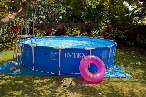 """Une pompe maintiendra l'eau de votre piscine Intex propre plus longtemps.<span class=""""normal italic"""">© Intex</span>"""