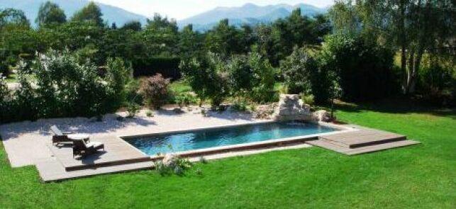 Une ravissante piscine entourée d'une pelouse verdoyante