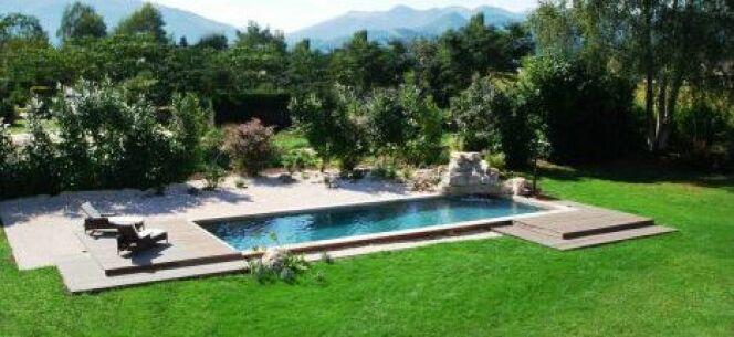 """Une ravissante piscine entourée d'une pelouse verdoyante<span class=""""normal italic petit"""">© L'Esprit Piscine</span>"""