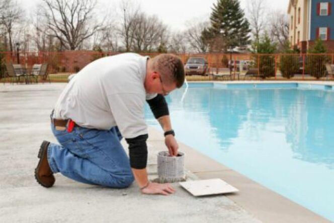 """Une réparation de piscine en toute confiance<span class=""""normal italic petit"""">© Ernest Prim - Thinkstock</span>"""