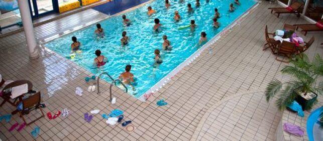 Une séance d'aquagym en piscine.
