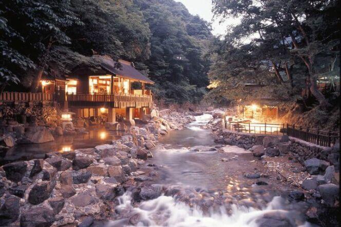 Une source d'eau chaude au coeur d'une forêt luxuriante près de Gunma