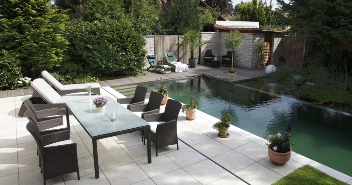 une terrasse au bord de la piscine. Black Bedroom Furniture Sets. Home Design Ideas