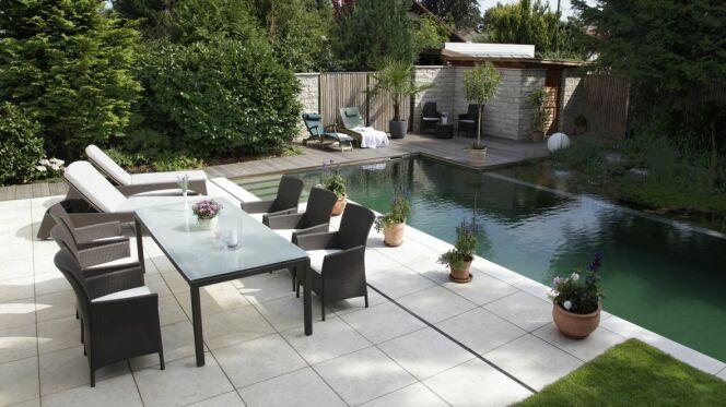 Une terrasse au bord de la piscine for Bord de la piscine