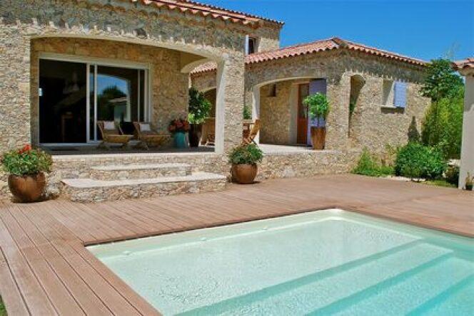 """Pour accompagner votre piscine en bois, rien de mieux qu'une terrasse réalisée avec le même matériau.<span class=""""normal italic petit"""">© Fotolia - Corinne Bomont</span>"""