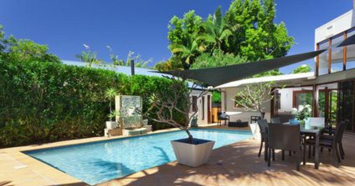 Am nagez votre terrasse de piscine parasol transat chaises longues hamac - De la piscine au jardin ...