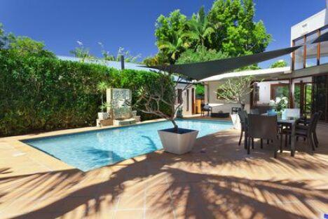 Une terrasse de piscine