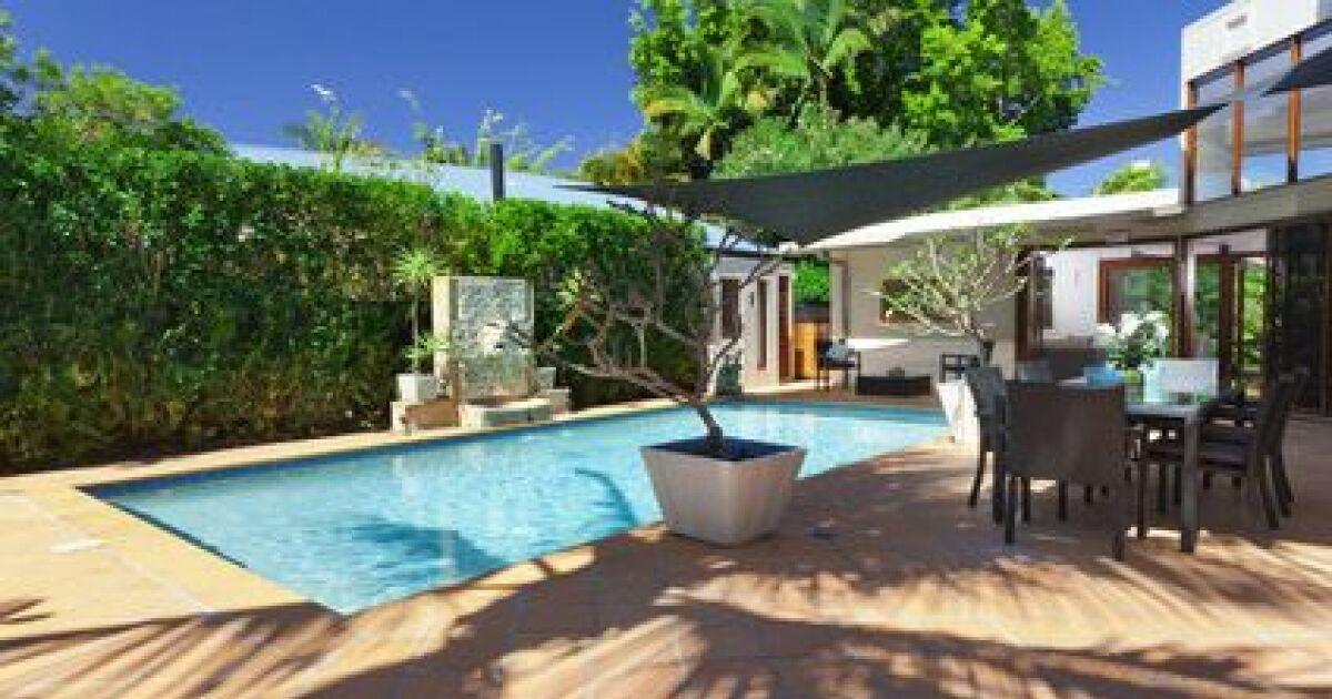 Une terrasse de piscine en b ton for Piscine en beton
