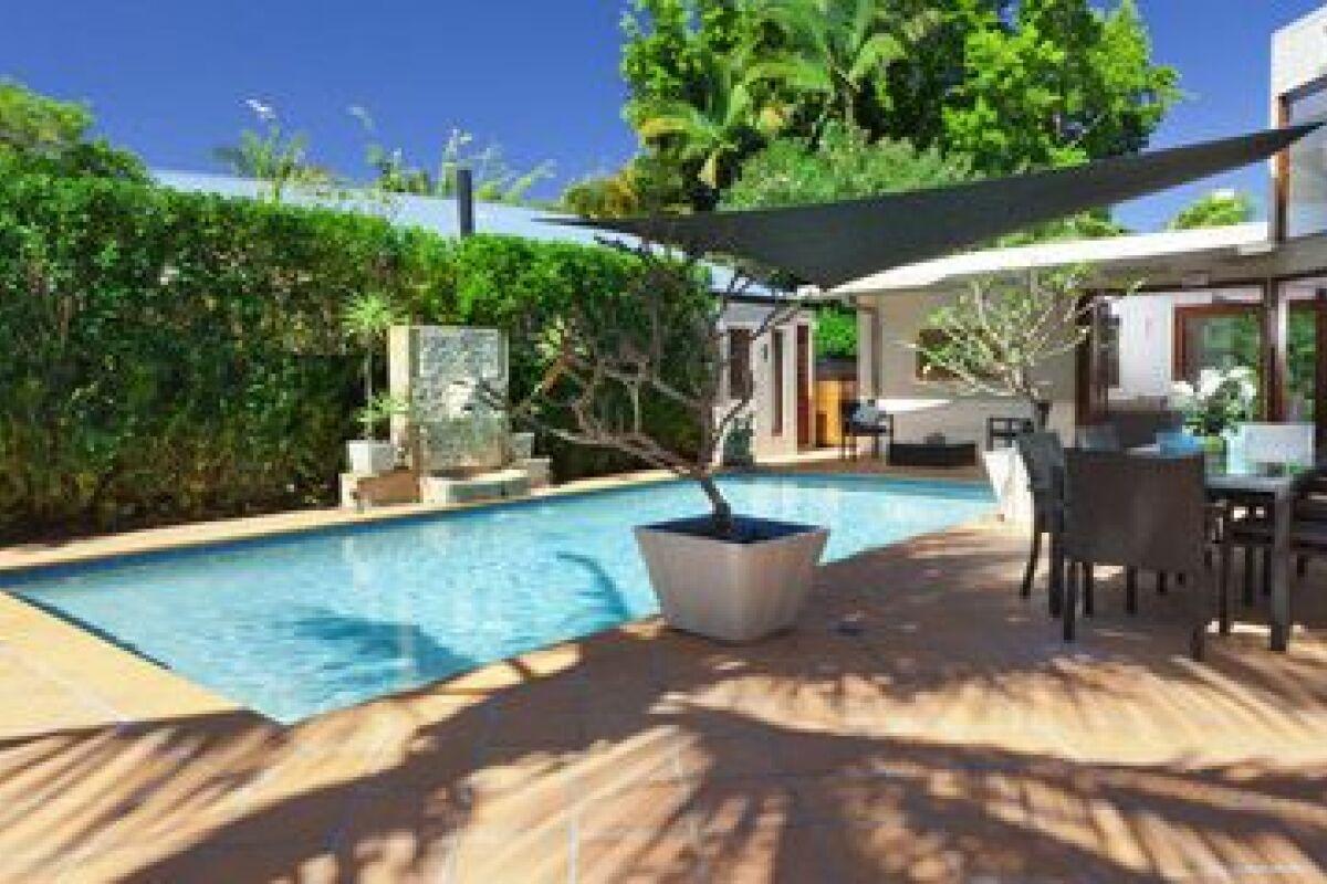 Nettoyer Sa Terrasse En Beton une terrasse de piscine en béton - guide-piscine.fr
