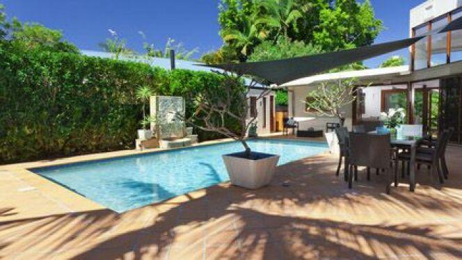 une terrasse de piscine en b ton. Black Bedroom Furniture Sets. Home Design Ideas