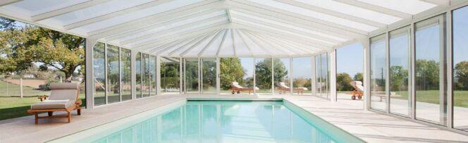 """Une véranda Import Garden pour couvrir votre piscine.<span class=""""normal italic petit"""">© Import Garden</span>"""