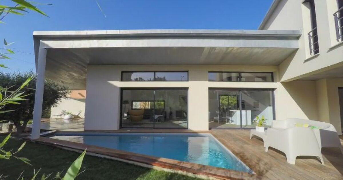 une villa avec abri de piscine insolite. Black Bedroom Furniture Sets. Home Design Ideas