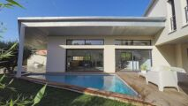 Une villa avec abri de piscine…insolite !