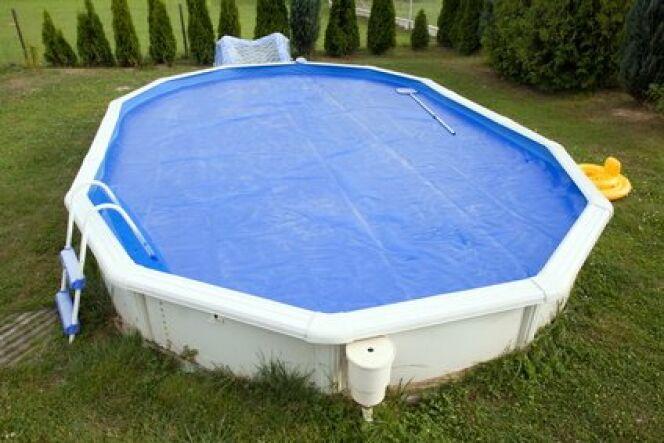 """Une bâche pour piscine hors-sol <span class=""""normal italic petit"""">© Wildcat - Fotolia.com</span>"""