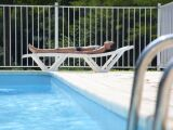 Une barrière de protection de piscine
