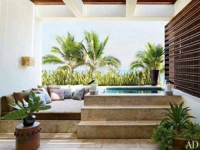 Un mini bassin et espace de détente.© Architectural Digest