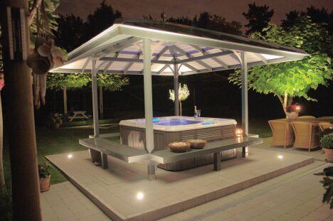 """Véritable valeur ajoutée, le spa créé une ambiance unique dans un jardin de nuit.<span class=""""normal italic petit"""">© Sundance Spas</span>"""