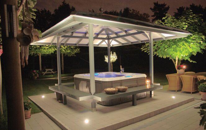 Véritable valeur ajoutée, le spa créé une ambiance unique dans un jardin de nuit. © Sundance Spas