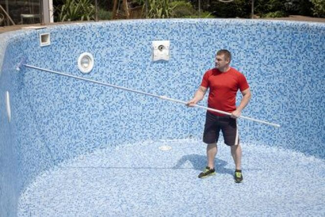 """Vider sa piscine peut être nécessaire pour l'entretenir.<span class=""""normal italic petit"""">© krakatuk - Fotolia.com</span>"""