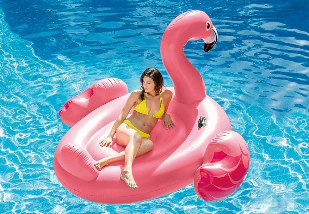 Voguez assis ou couché sur votre piscine avec cette bouée flamant rose. © Intex