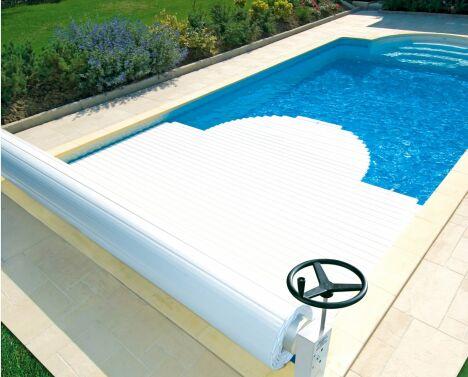 """Volet de piscine manuel MANU par Abriblue : pratique et économique<span class=""""normal italic petit"""">© Abriblue</span>"""