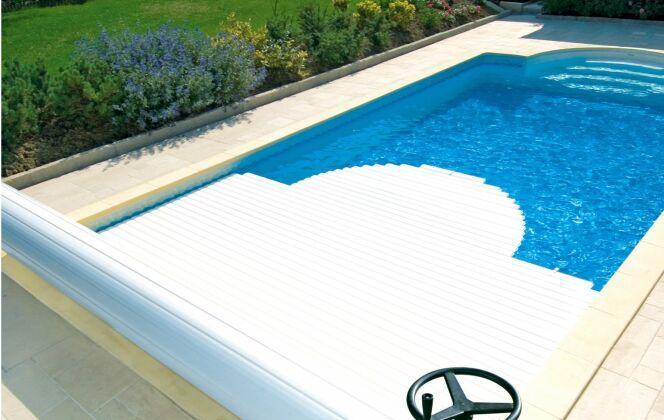 Volet de piscine manuel MANU par Abriblue : pratique et économique © Abriblue