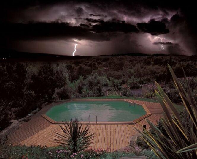 Votre piscine en cas d'orage : risques et conseils