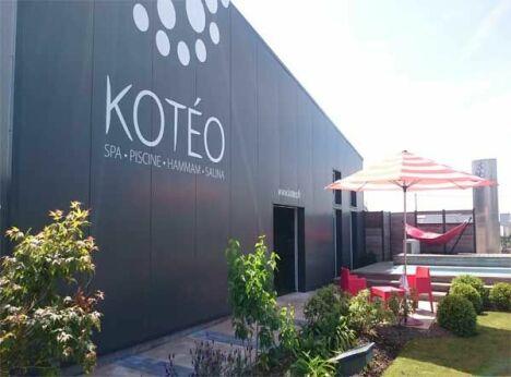 """Entrée Show room Kotéo, rue A. Le Harzic, ZA Kervanon, 29610 Plouigneau<span class=""""normal italic petit"""">DR</span>"""
