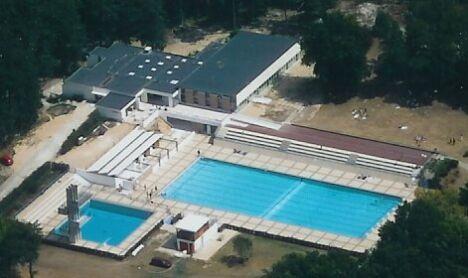 """Vue aérienne de la piscine à Saint-Pierre-lès-Nemours<span class=""""normal italic petit"""">© centre aquatique Aquasud de Saint-Pierre-lès-Nemours</span>"""