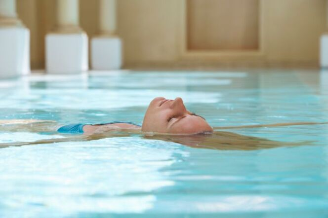 """Le Watsu, une technique de relaxation dans l'eau<span class=""""normal italic petit"""">© Mike Watson Images - Thinkstock</span>"""