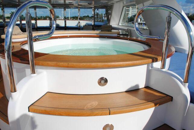 Yacht avec jacuzzi