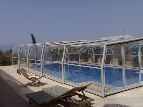 Abri de piscine PACIFIQUE installé dans le Var et fabriqué à Mauguio (34) Abri télescopique résidentiel haut de gamme.