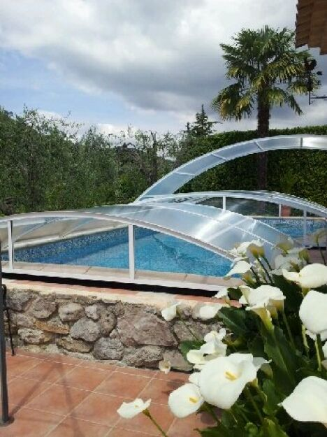 Abri de piscine ADRIATIQUE livré et posé aux alentours de Nice dans le 06. Client pilote. Abri cintré, relevable et empilable.