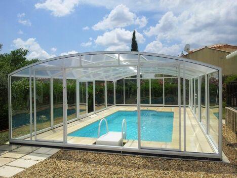 Abri de piscine fixe résidentiel. EGEE cintré. Portes latérales pour l'accès. Abri de piscine fabriqué à Mauguio et installé dans le Gard.