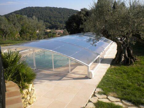 Abri de piscine CASPIENNE, télescopique cintré pans droits et motorisé pour plus de confort. Posé dans le 84, Vaucluse. Produit phare