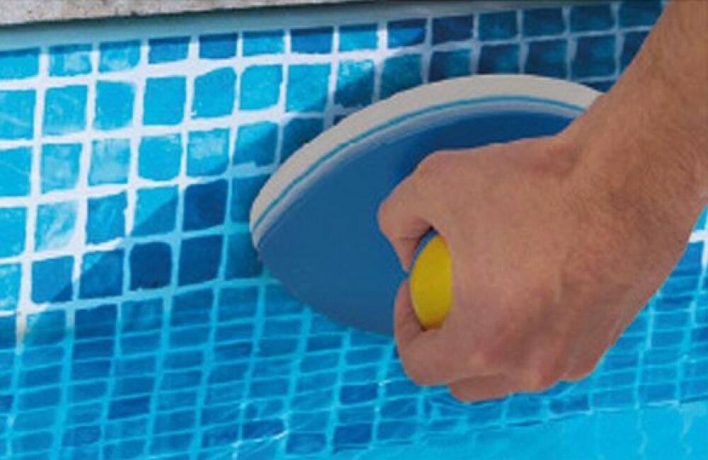 Zoom sur l'éponge magique Easy Pool'Gom de Toucan Productions © Toucan Productions